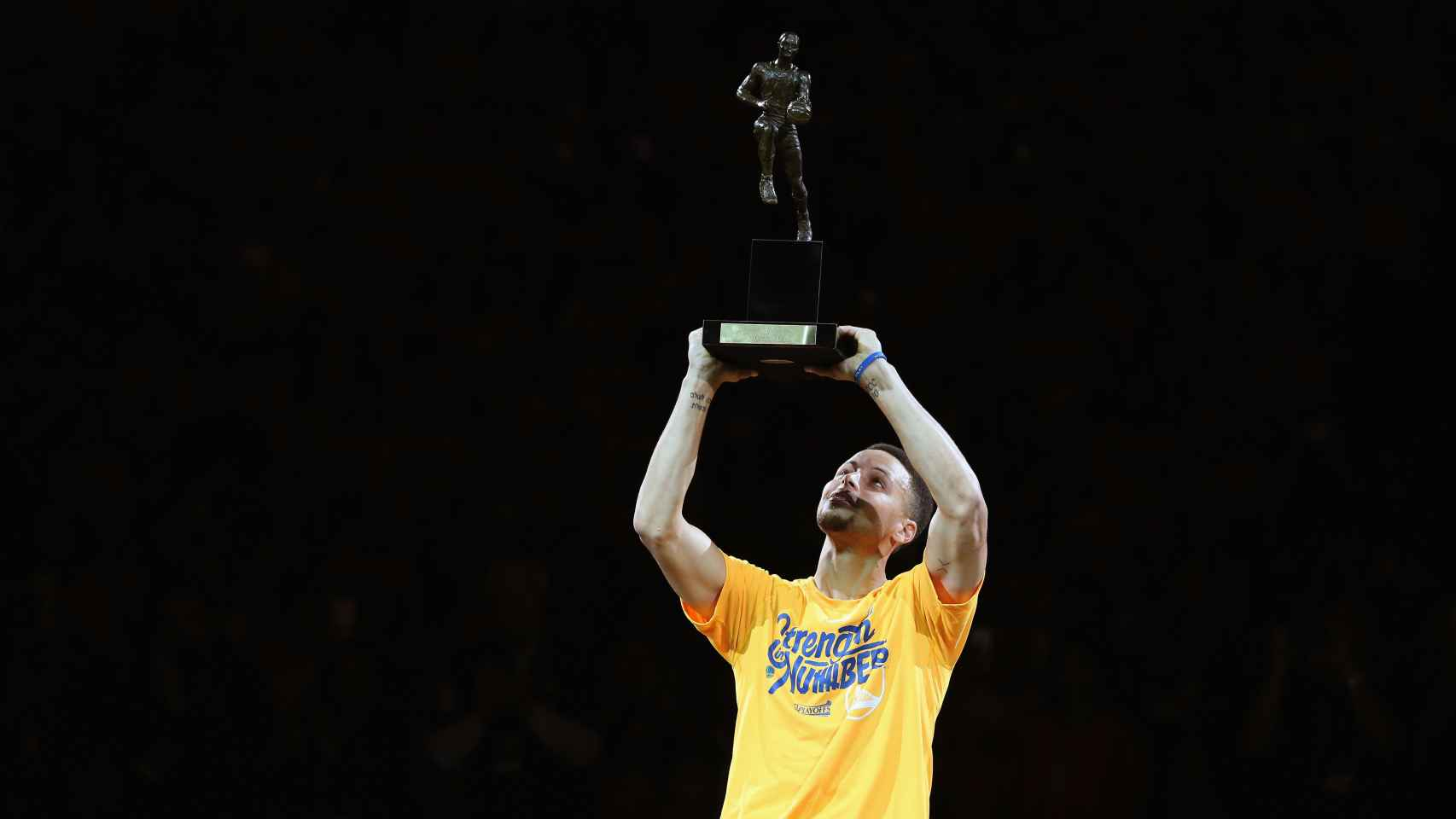 Stephen Curry al recibir el trofeo MVP la pasada temporada.