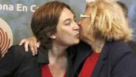 Las alcaldesas Ada Colau y Manuela Carmena.