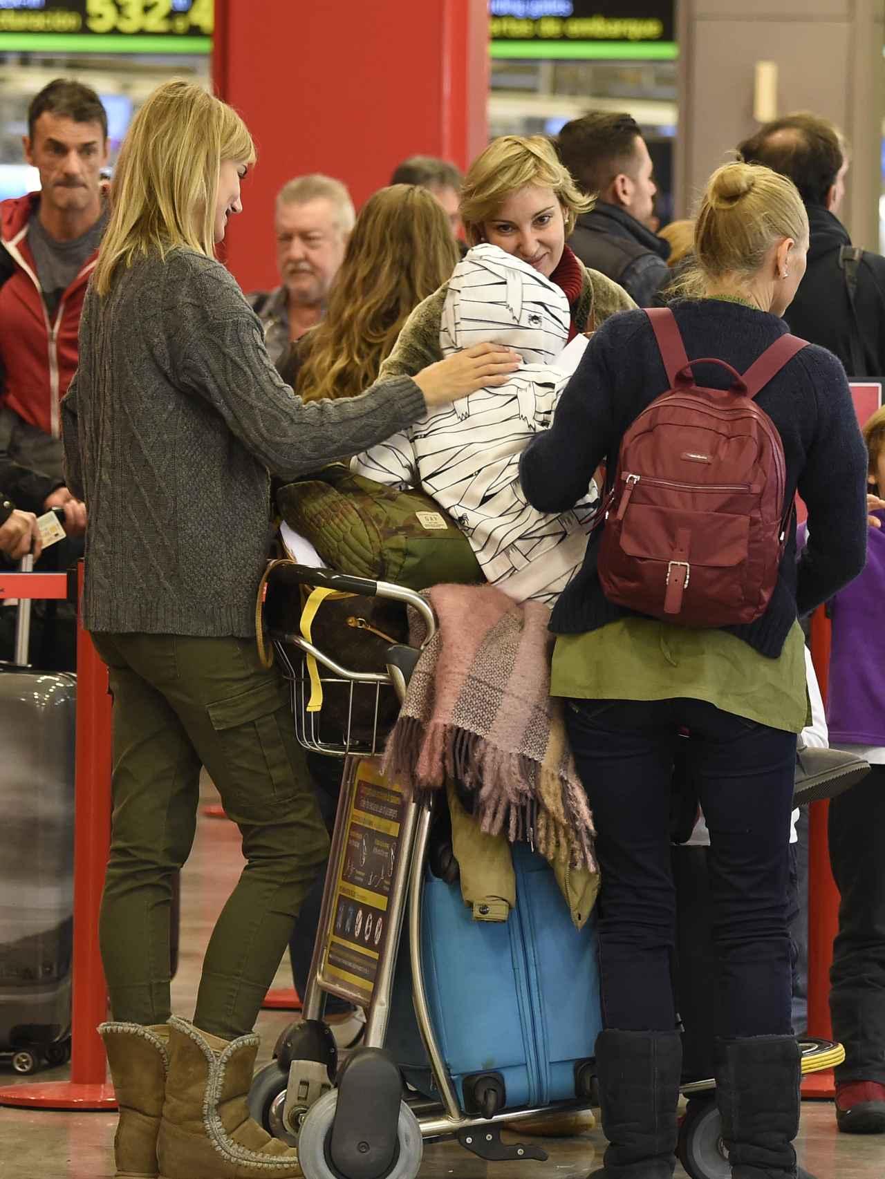Alba este miércoles con su madre y su hijo en el aeropuerto de Madrid