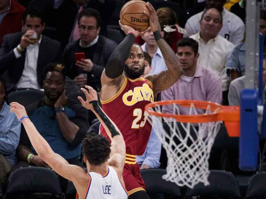 LeBron James lanza a canasta frente a los New York Knicks.