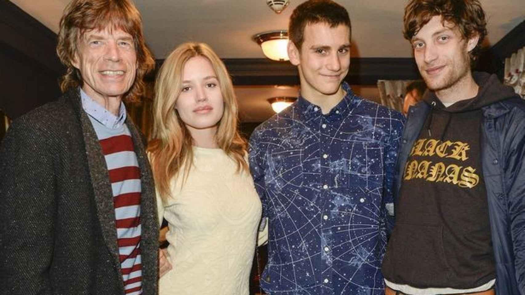 Jagger con sus hijos Georgia, Gabriel y James (dcha)