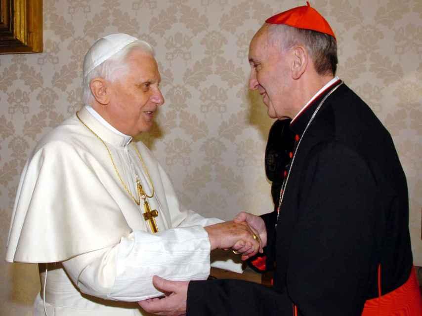 Benedicto XVI saluda al ahora papa cuando era arzobispo y cardenal. La imagen fue tomada en el Vaticano en enero de 2007.