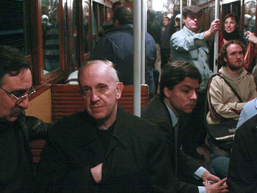El papa Francisco en 2008 (entonces cardenal) viajando en el metro de Buenos Aires.