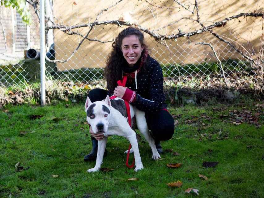 Lara, de Salvando Ángeles sin Alas (SASA) junto al pitbull.
