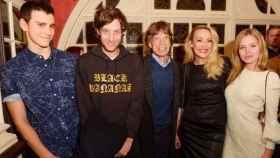 Jagger en el centro con tres de sus hijos y su ex Jerry Hall