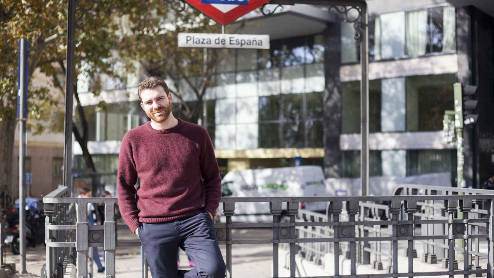 Jorge Moruno en la entrada del Metro más cercano a la sede de Podemos.