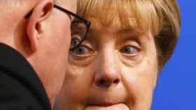 La canciller alemana Angela Merkel dialoga con el político de la CDU Volker Kauder.