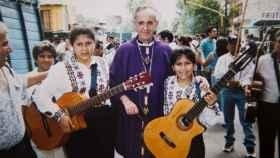 El Papa cuando era arzobispo de Buenos Aires junto con dos niñas en la procesión de Semana Santa en el año 2000.
