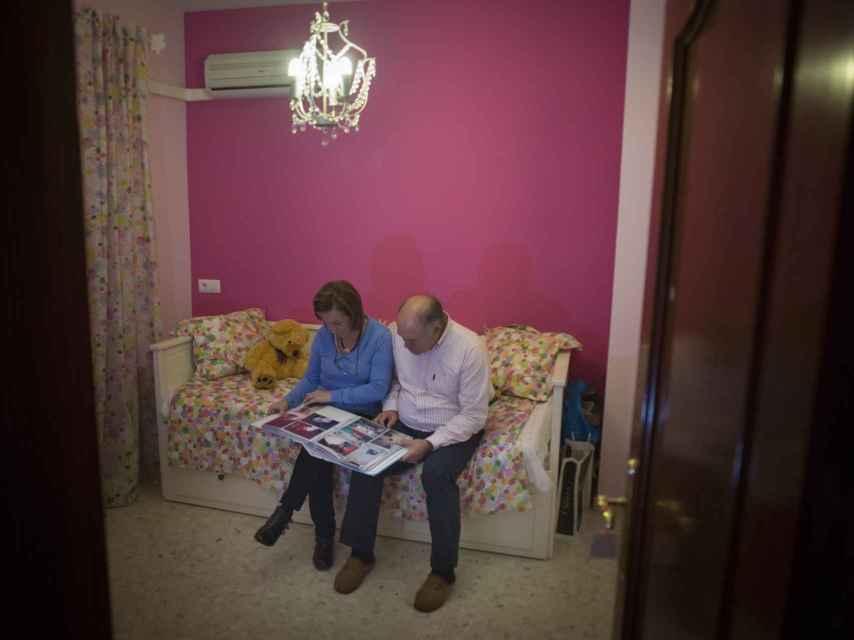 Pepe y Maricarmen en la habitación de Maloma, con un álbum fotográfico familiar.