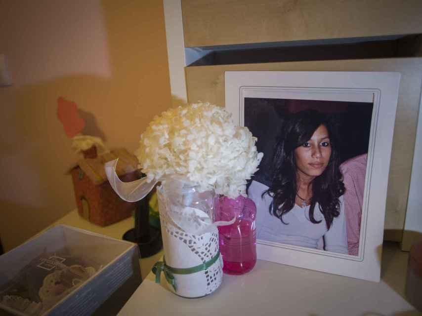 Un retrato de Maloma en su habitación.