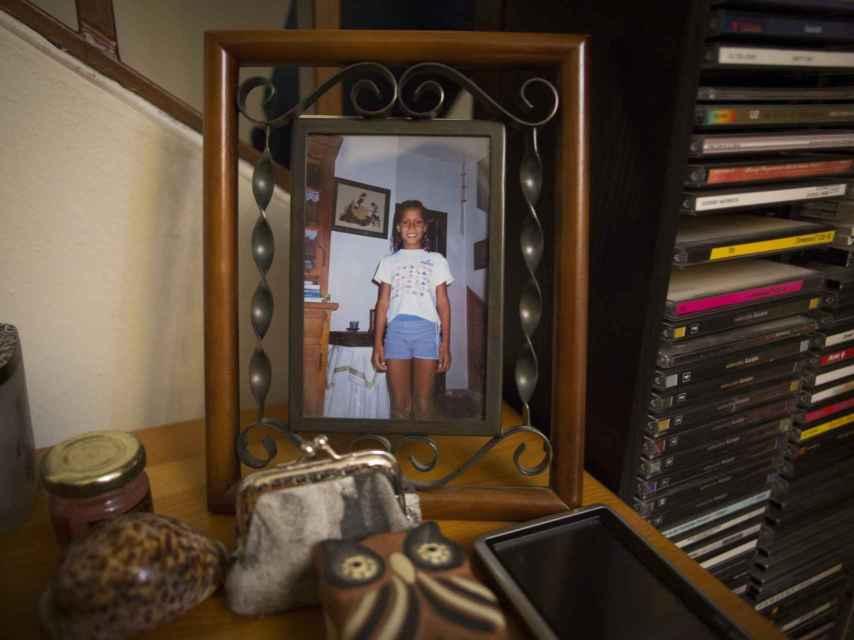 Un retrato de la joven en el salón de la casa familiar.