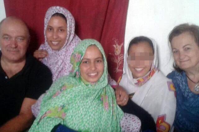 Pepe Morales y su esposa, padres adoptivos de Maloma, con la joven en el campamento de refugiados en Tinduf.