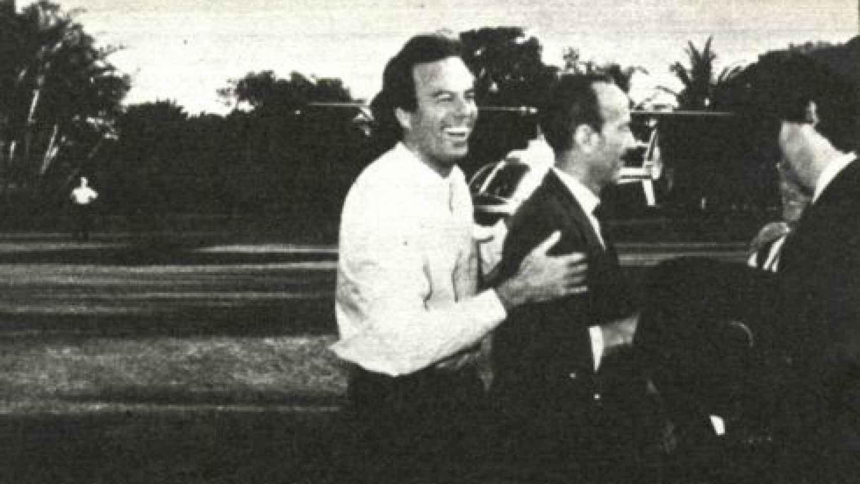 Julio Iglesias hijo abraza a su padre, que llega a Miami nada más ser liberado. Fotografía cedida por la revista Interviú.