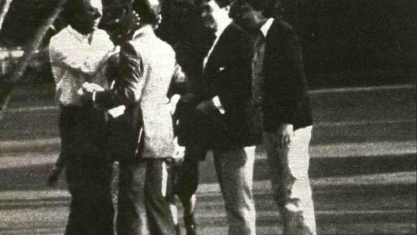 Julio Iglesias hijo recibe a su padre en Miami tras la liberación. Fotografía cedida por la revista Interviú.