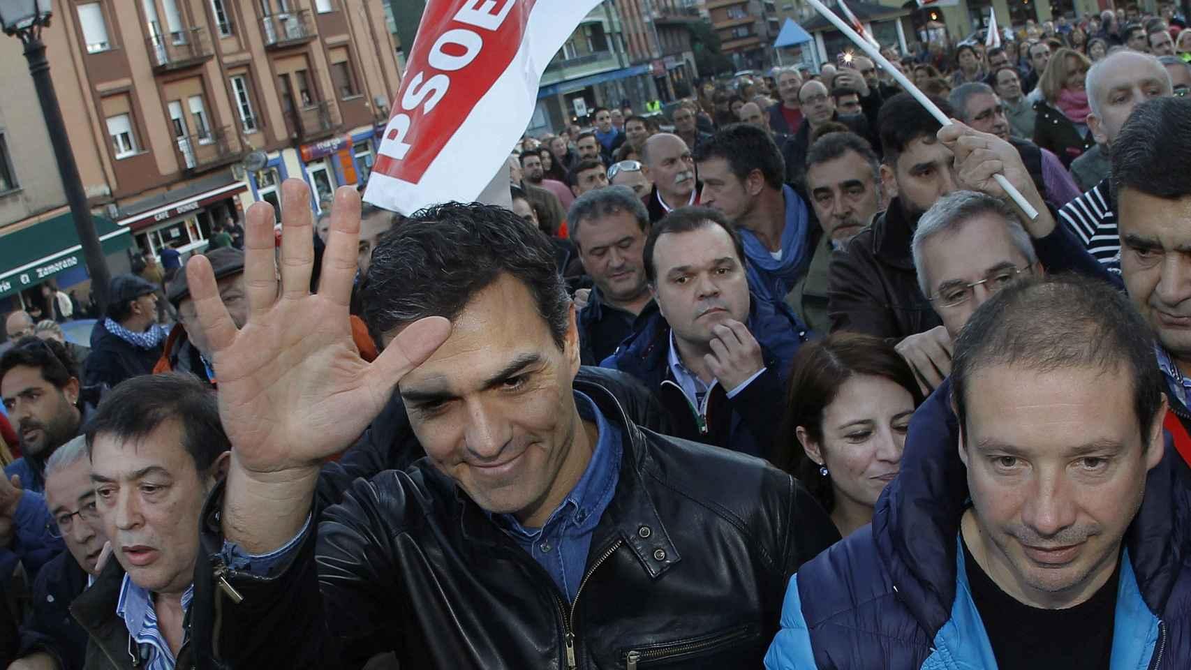 Pedro Sánchez, junto a simpatizantes, en la localidad asturiana de El Entrego.