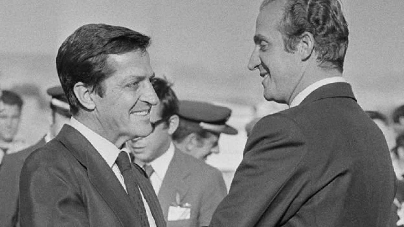 Adolfo Suárez saluda al rey Juan Carlos