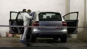 Investigadores analizando el vehículo de la fallecida.