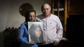 Pepe Morales y Maricarmen de Matos sostienen el retrato de su hija Maloma.