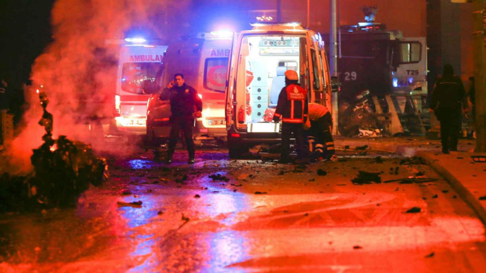 Las fuerzas de seguridad acuden a inspeccionar los restos de uno de los vehículos que explotaron.