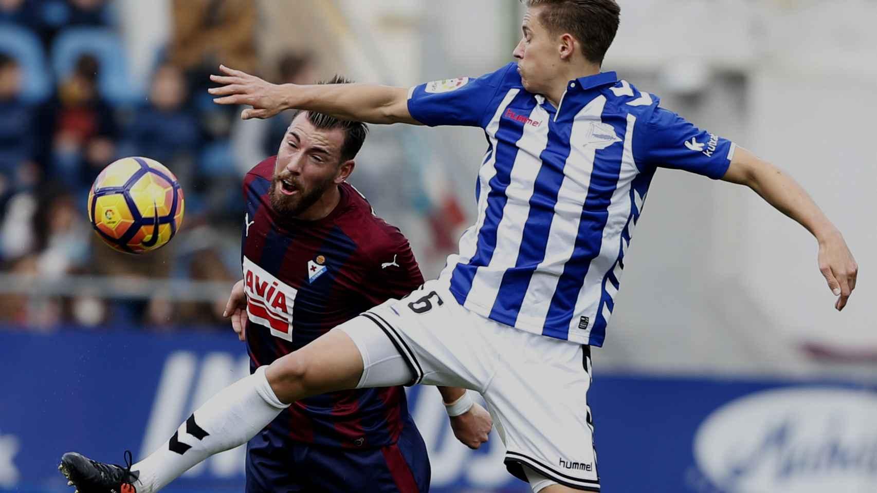 Partido de la Liga 2017-2018 entre el Eibar y Alavés.