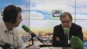 Juan Luis Cebrián durante la entrevista con Carlos Alsina en los estudios de Onda Cero