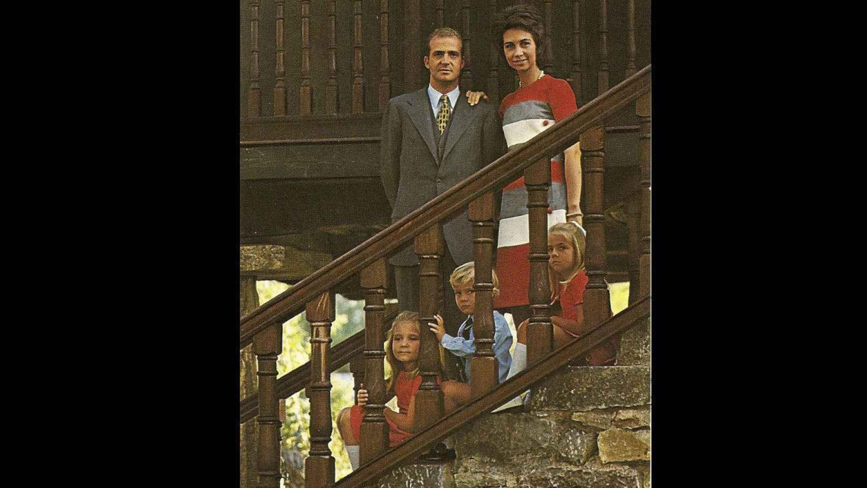 Don Juan Carlos, Doña Sofía, y la infanta Elena (9 años), el príncipe Felipe (5) y la infanta Cristina (7)