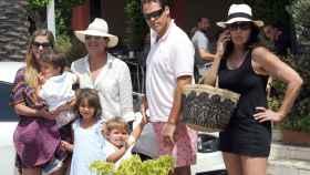 Margarita Vargas con sus hijos y su padre Víctor Vargas junto a Luis Alfonso de Borbón y Carmen Martínez Bordiú.