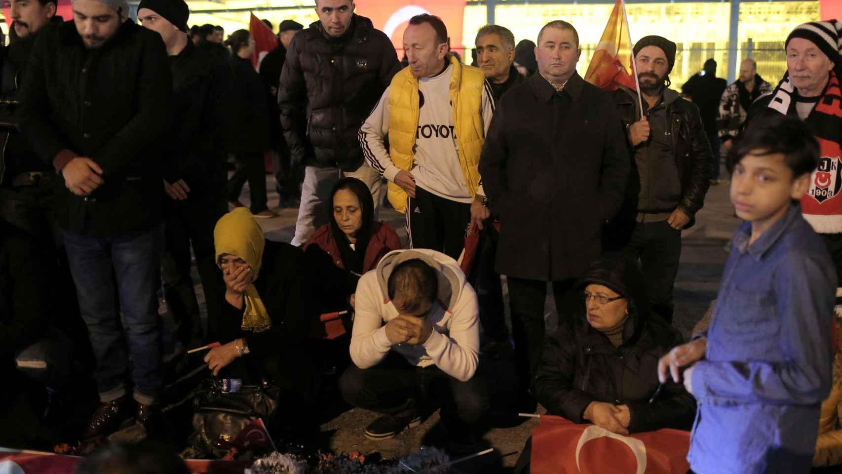 Vecinos de Estambul lamentan la muerte de 38 personas en el atentado.