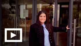 Susana Martínez Heredia, la 'gitana economista', en la puerta de la escuela de negocios Esade.