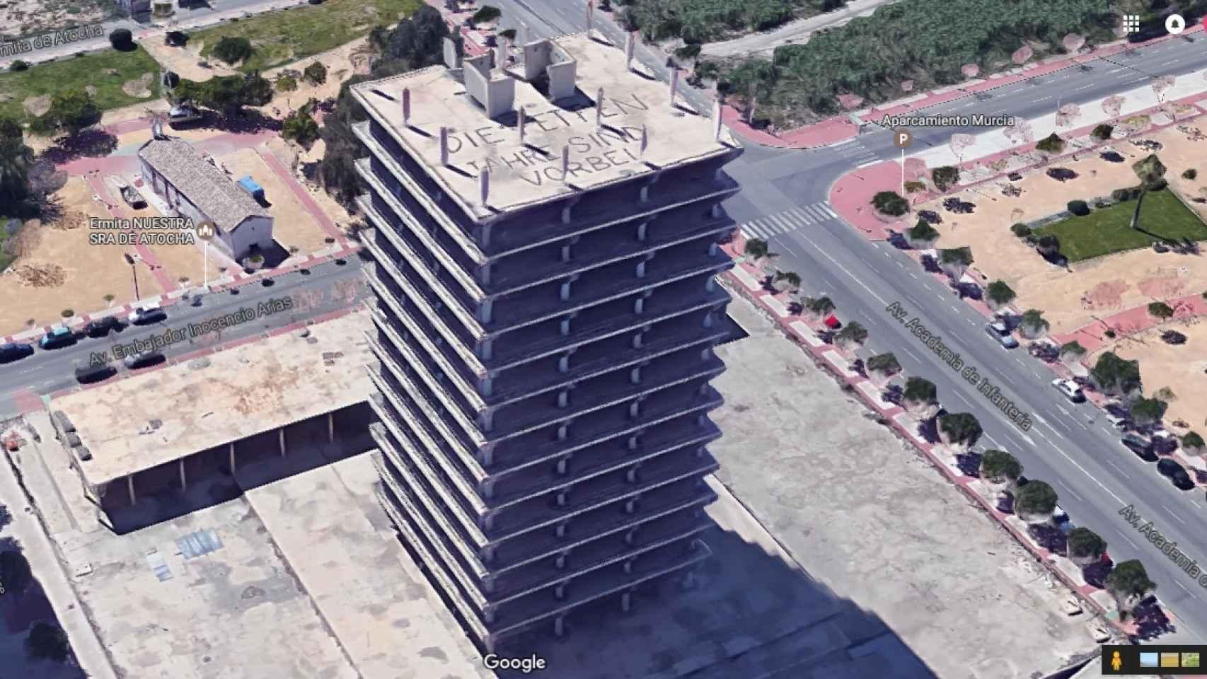 Imagen en relieve de las 13 plantas del edificio Torre Norte de Murcia y la pintada en su azotea.