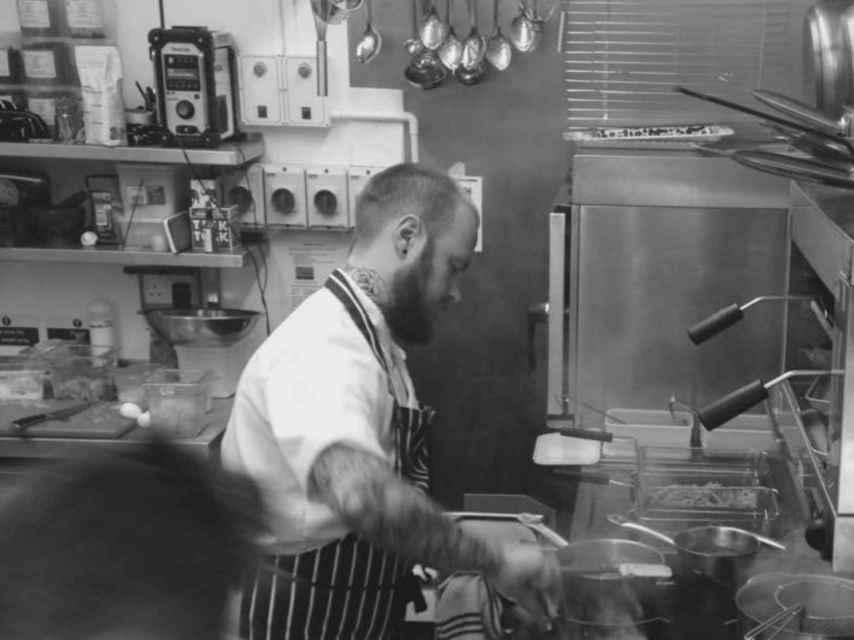 El chef del menú de bichos Austin Fletcher.