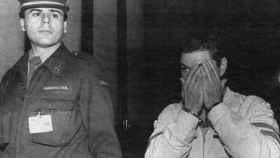 El criminal intenta taparse el rostro cuando es conducido al juzgado.