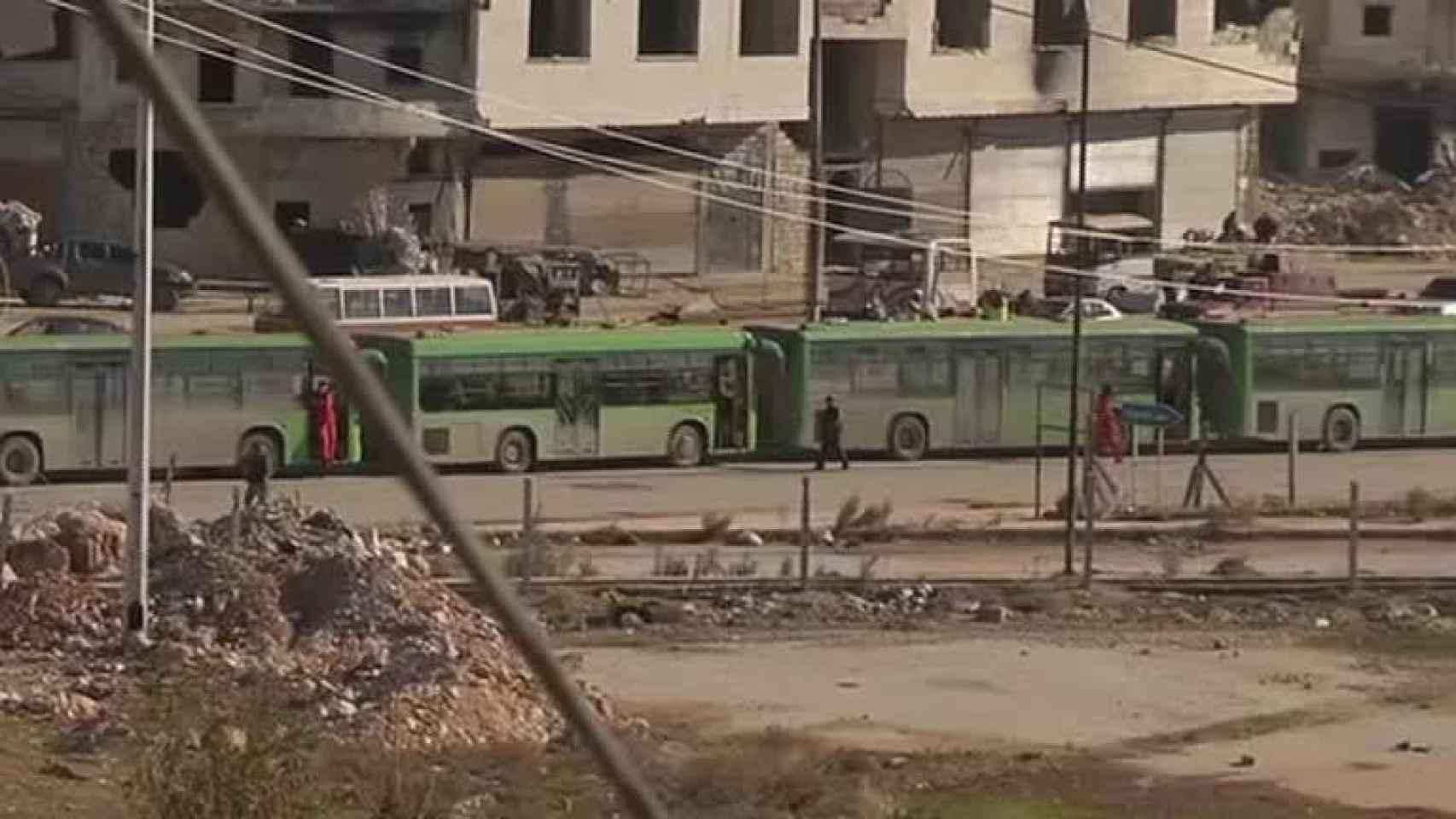 Un hombre, en la ciudad asediada de Alepo.