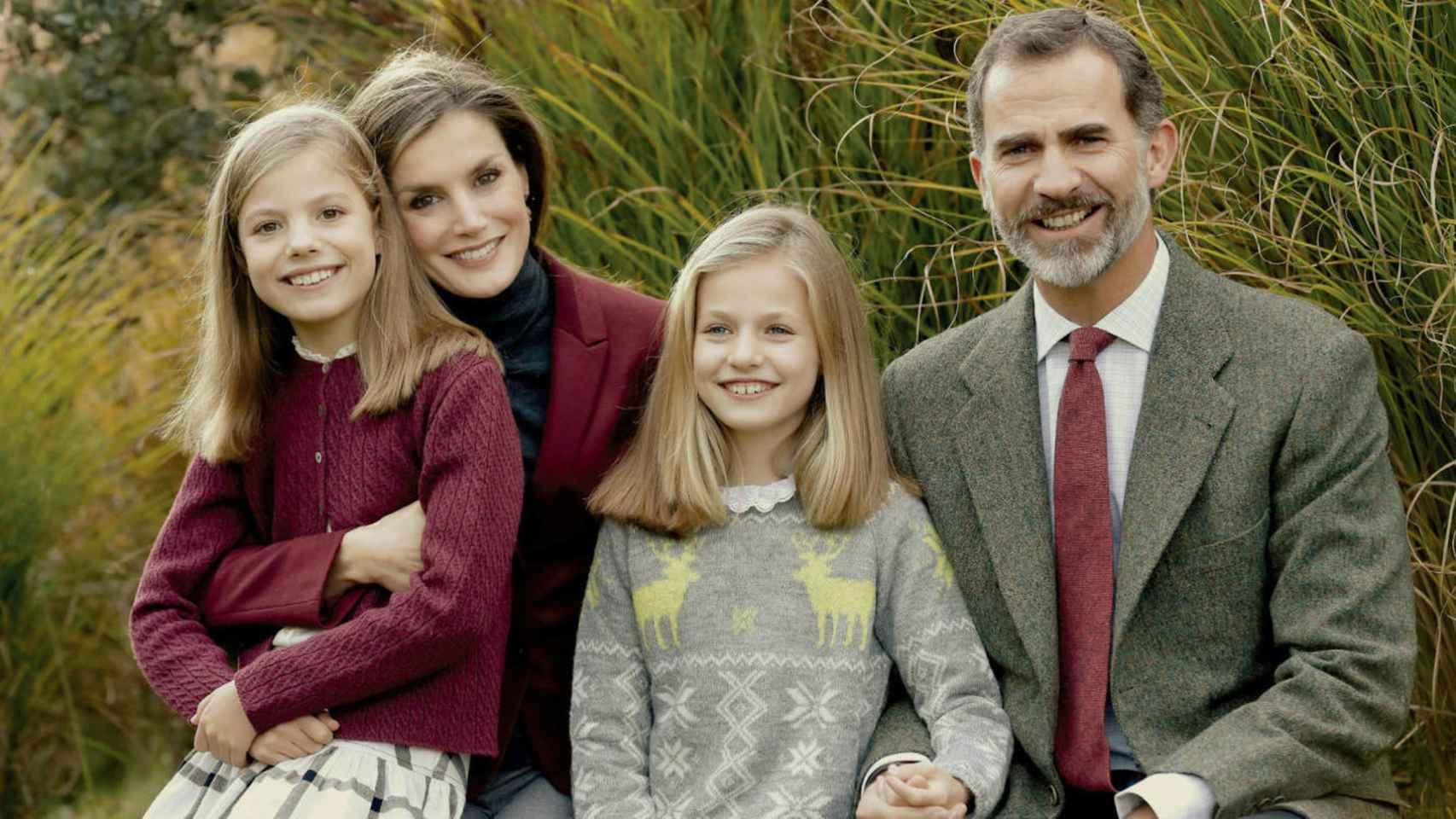 Felicitación oficial navideña de los reyes y sus hijas