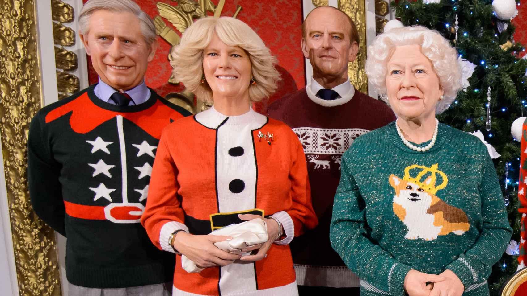 La ropa navideña de la familia de cera real británica es un hito