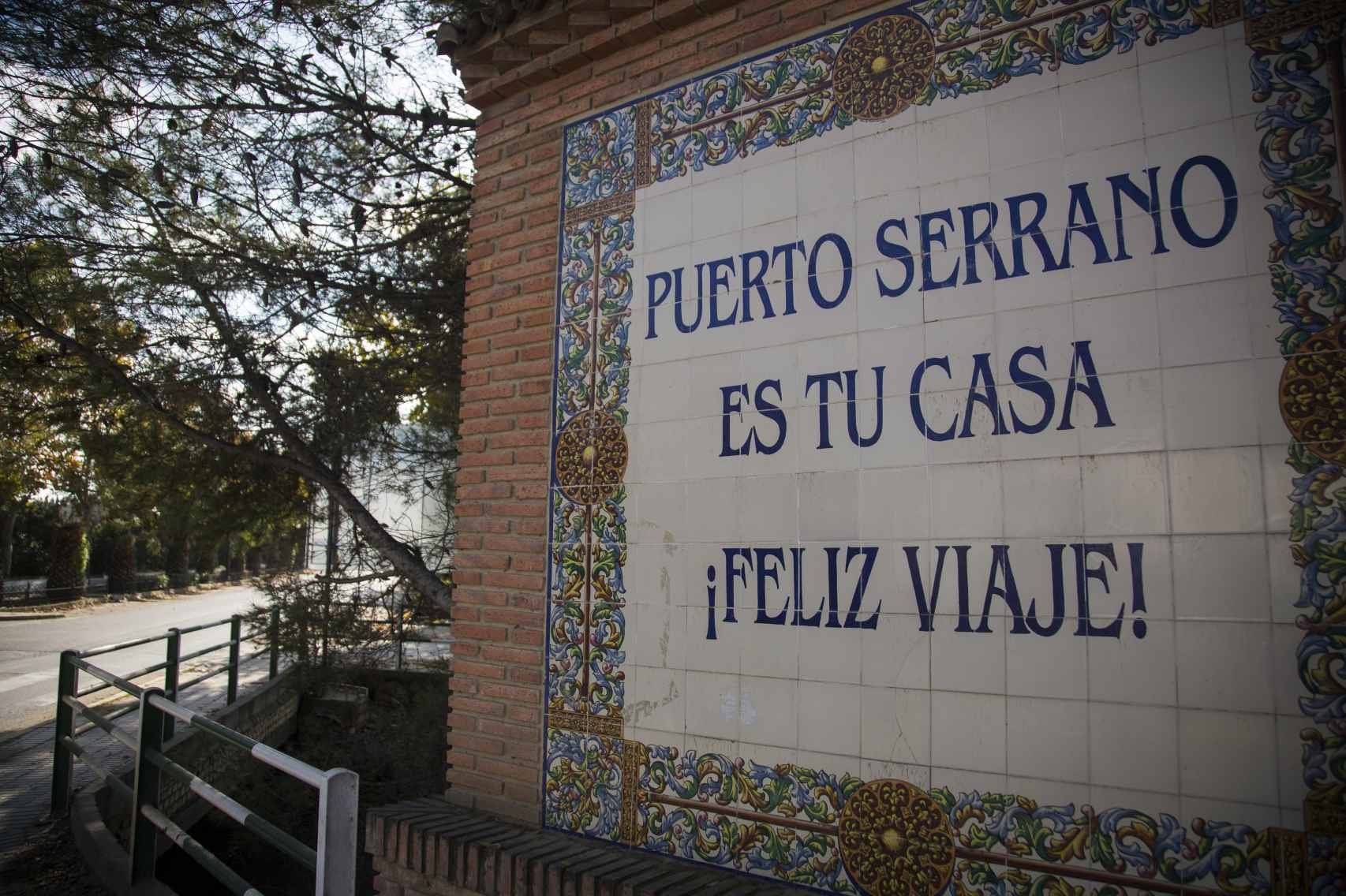 Un letrero despide al visitante al abandonar Puerto Serrano.