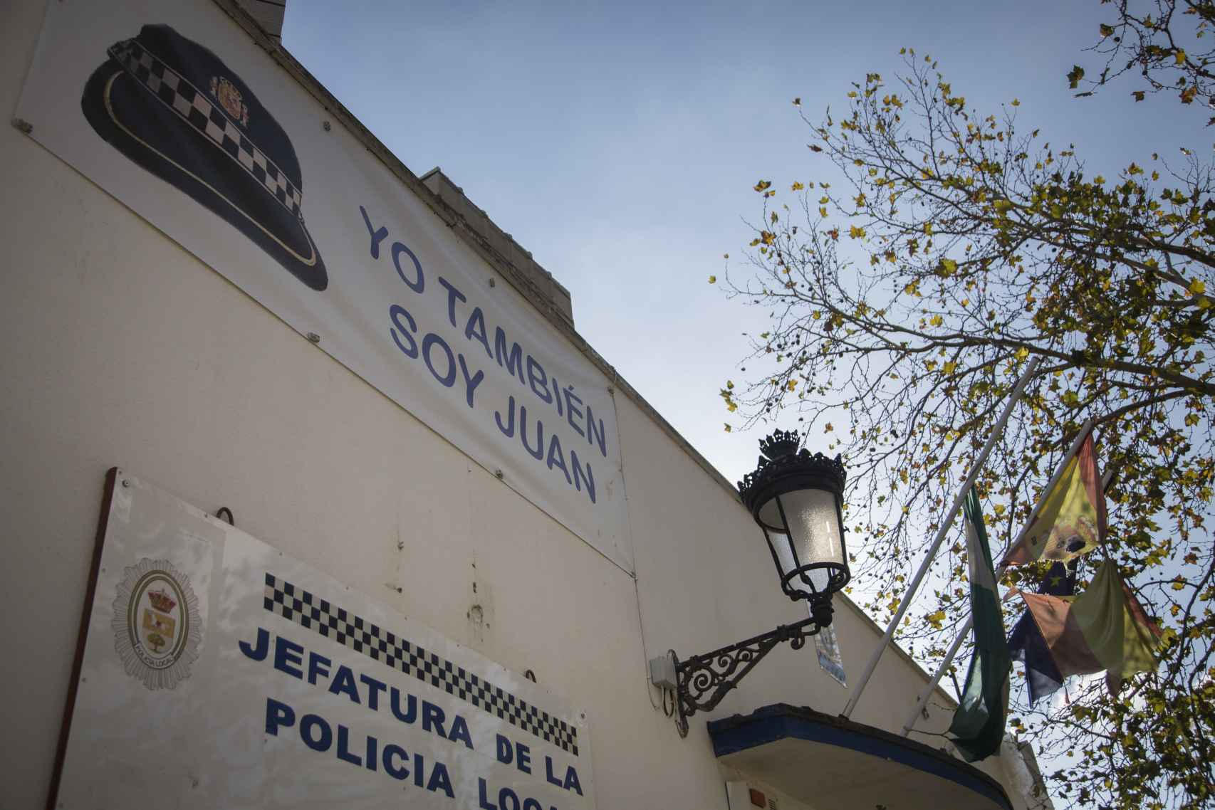 Yo también soy Juan, se puede leer en la fachada de la jefatura de Puerto Serrano.