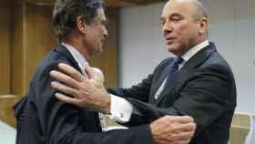 El consejero delegado de Popular, Pedro Larera, saluda a su homólogo de Sabadell, Jaime Guardiola.