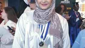 La joven aseguró que tres hombres le intentaron quitar el hiyab.