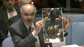 Bashar Jafari, embajador sirio ante la ONU, muestra la foto retocada.