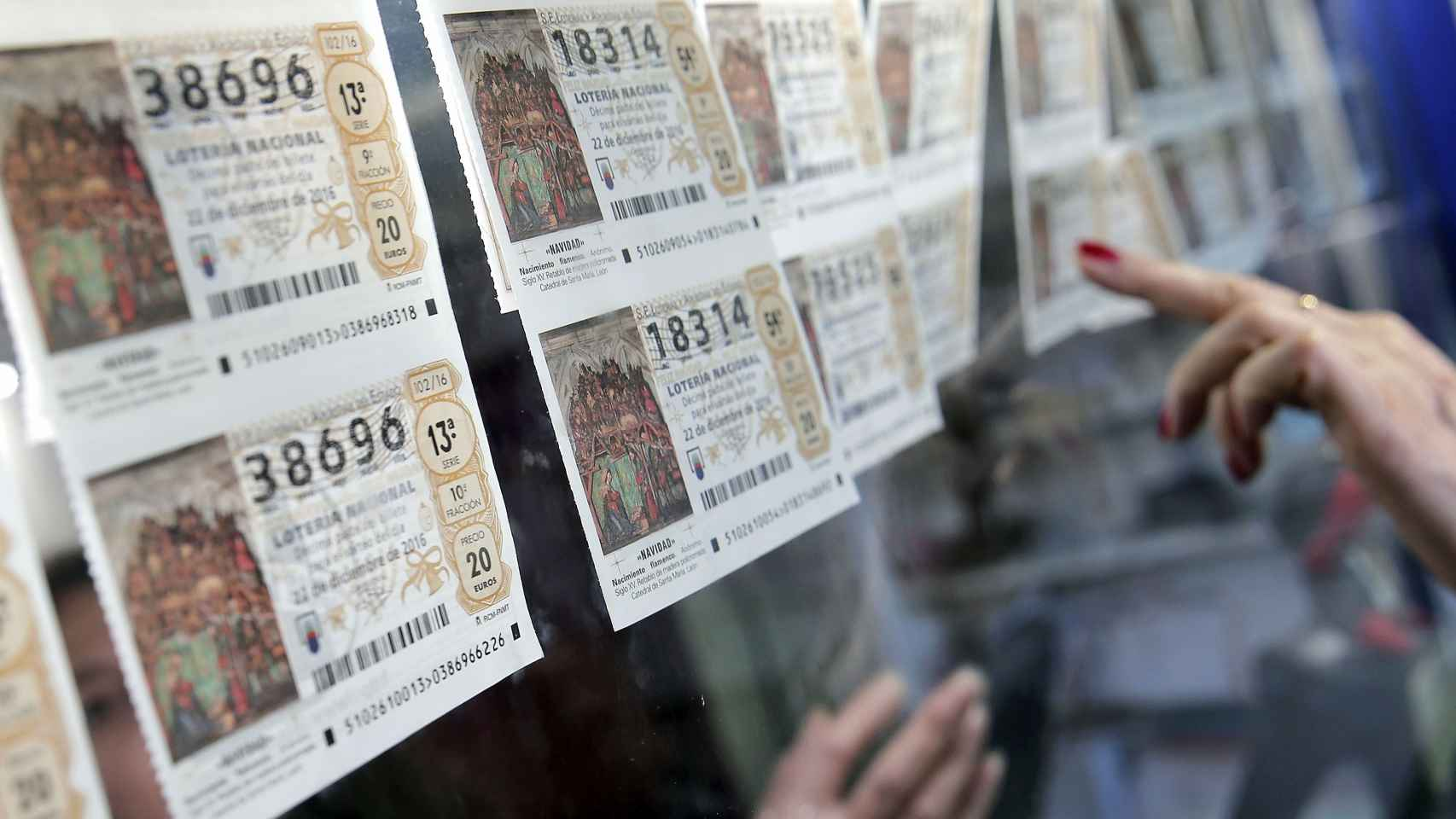 Décimos en una administración de Lotería en Valencia
