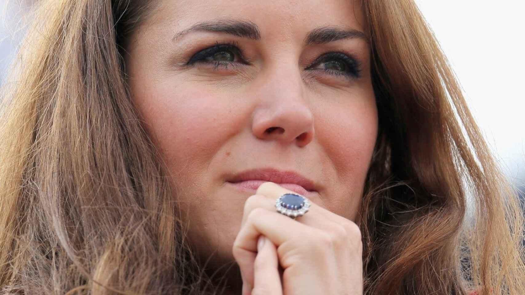 Anillo de la duquesa de Cambridge de zafiro y diamantes.