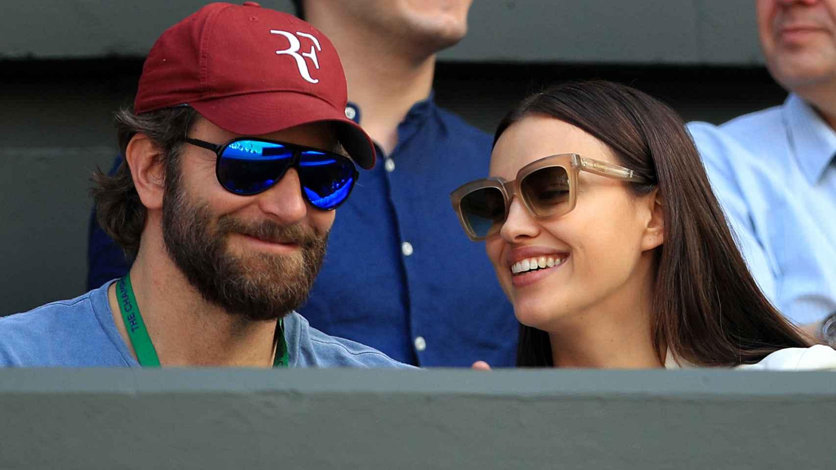Bradley Cooper e Irina Shayk en un torneo de tenis.