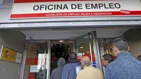 Varios demandantes ante las puertas de una oficina de empleo.