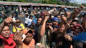 Un grupo de personas protesta en el centro y las inmediaciones del Banco Centra de Venezuela este sábado en la ciudad de Maracaibo.
