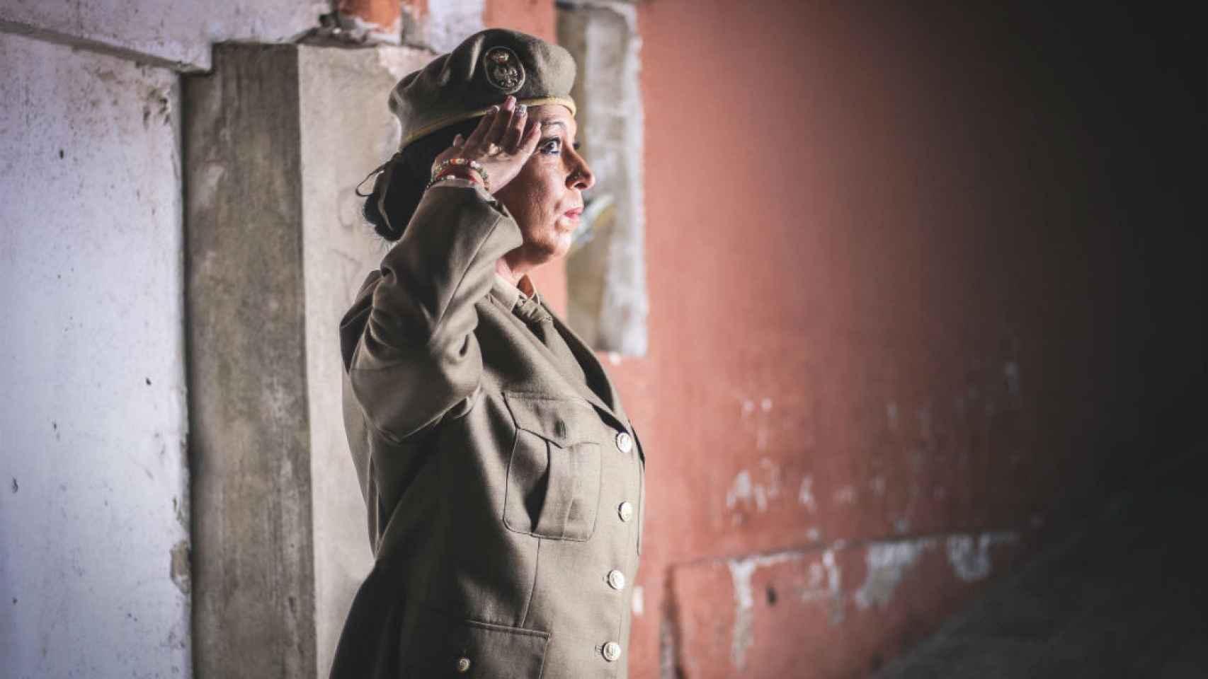 Enero: una mujer posa como militar.