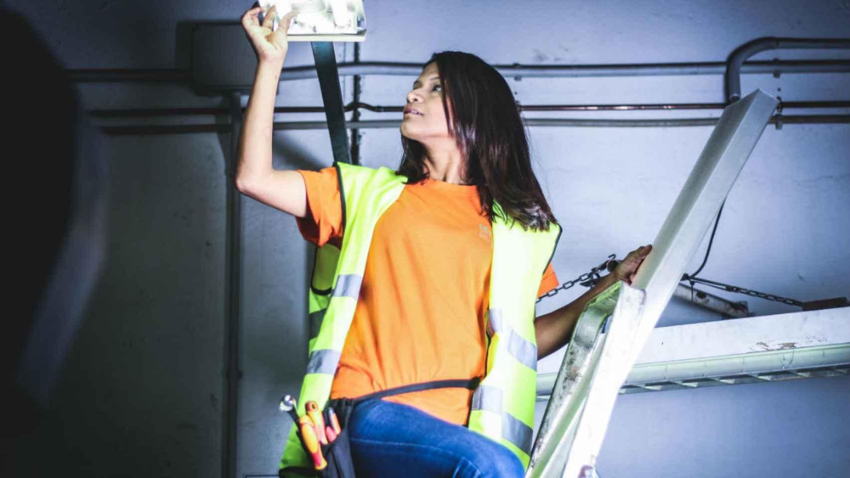 Julio: una mujer posa trabajando como electricista.
