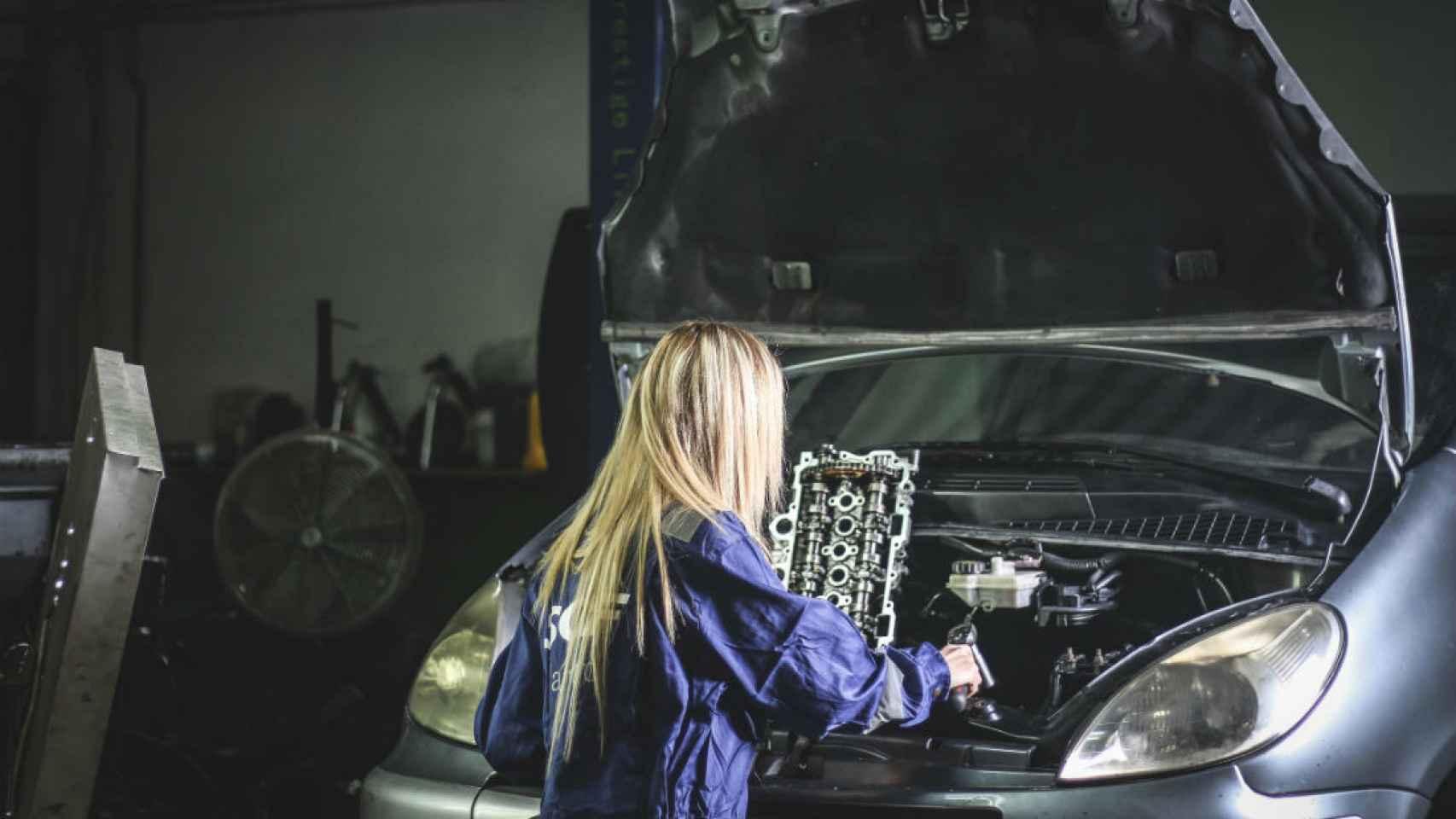 Agosto: una mujer posa trabajando como mecánica.