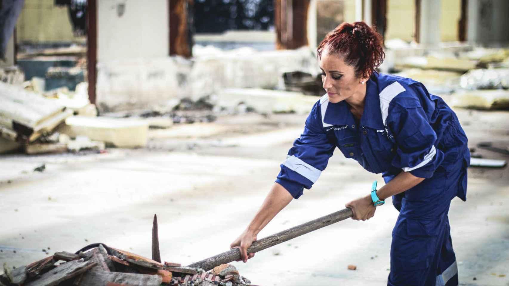 Mayo: una mujer trabajando como albañil.