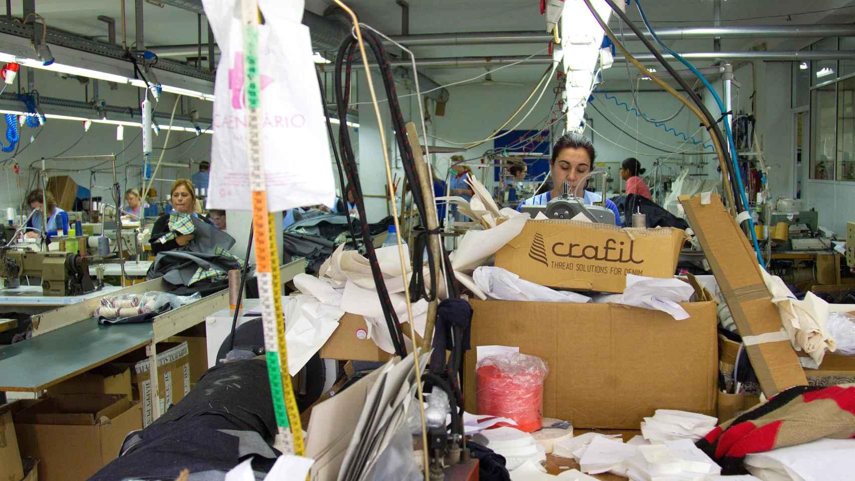 Costureras trabajan en una empresa subcontratada.